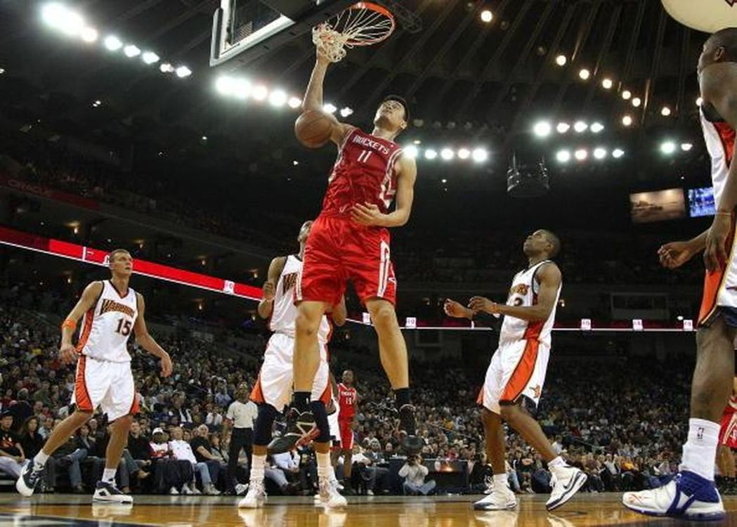 有「移動長城」之稱的姚明,服役於火箭隊時備號11號,是著名的NBA球星。圖/取自...