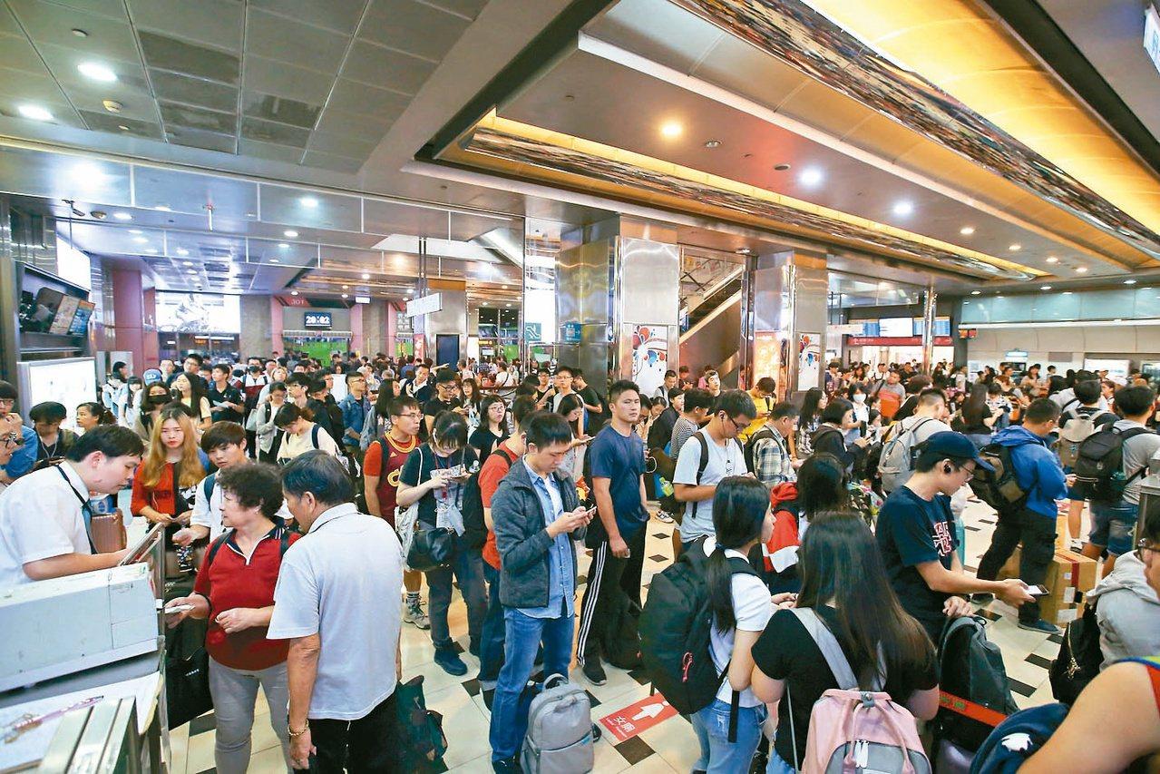 國慶連續假期開始,昨天下班後台北轉運站湧現返鄉的民眾。記者林澔一/攝影