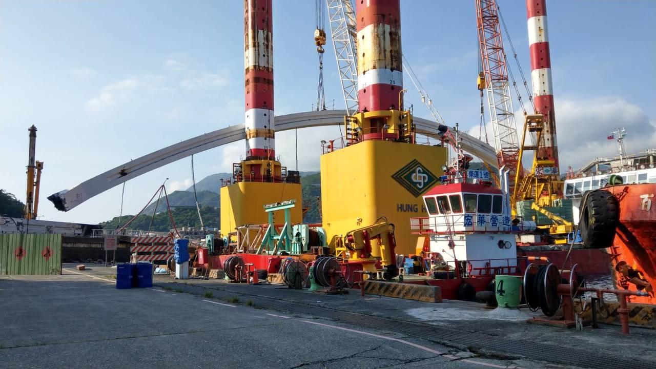 宜蘭南方澳跨港斷橋尚在拆除中,目前吊起一側的鋼拱,預計延後2小時開放臨時航道。 ...