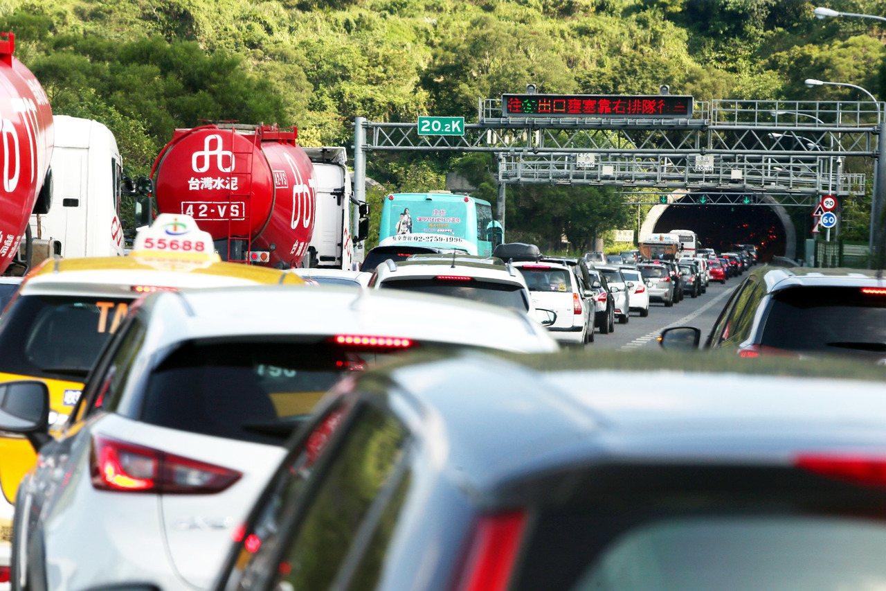 上午國道三路段北上路段受國五南港系統匝道回堵出現塞車的車潮。記者邱德祥/攝影