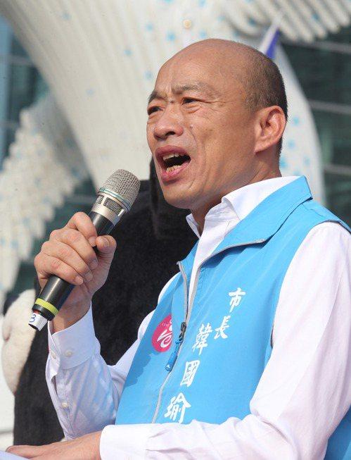 高雄市長韓國瑜早上在市府前舉辦國慶升旗典禮。 記者劉學聖/攝影