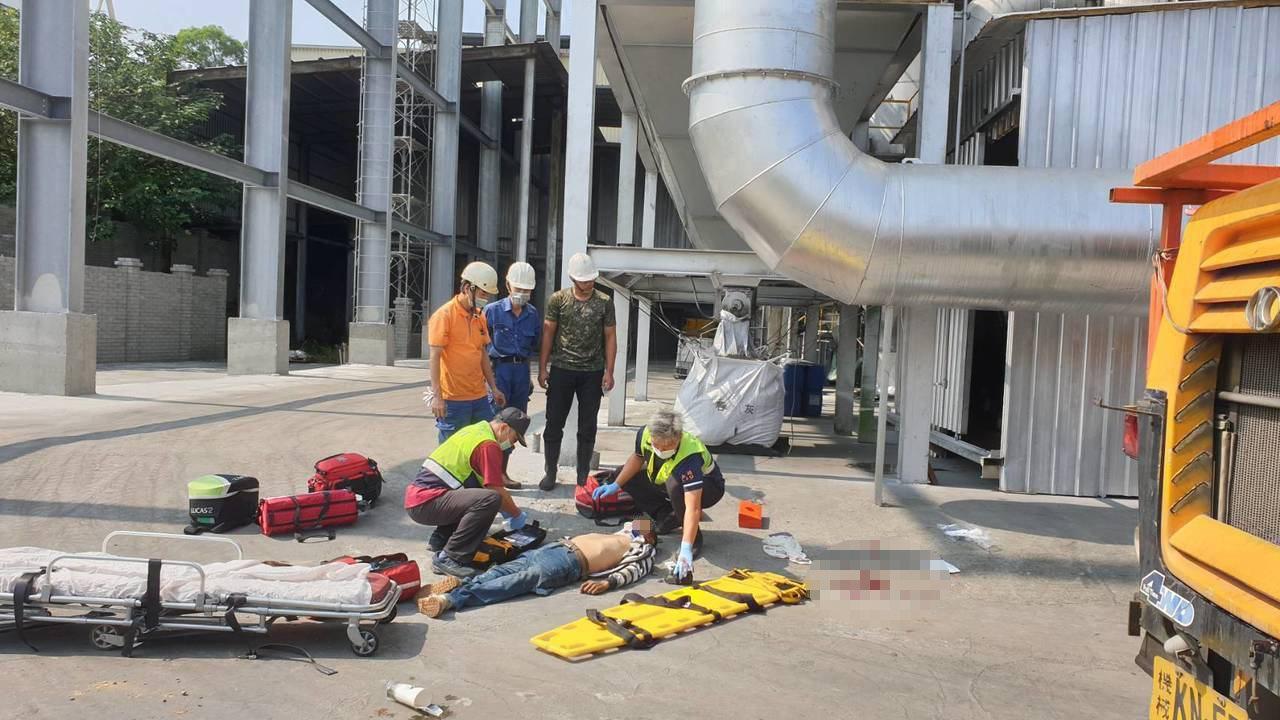 南投工業區下午發生3死的公安意外,3名男性工人自高處墜落,當場失去呼吸心跳。圖/...