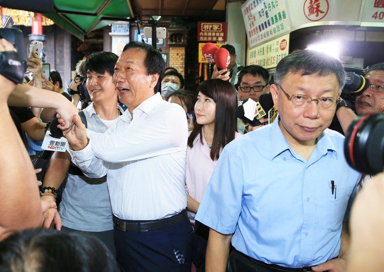 鴻海創辦人郭台銘(左二)與台北市長柯文哲(右)。聯合報系資料照/記者潘俊宏攝影
