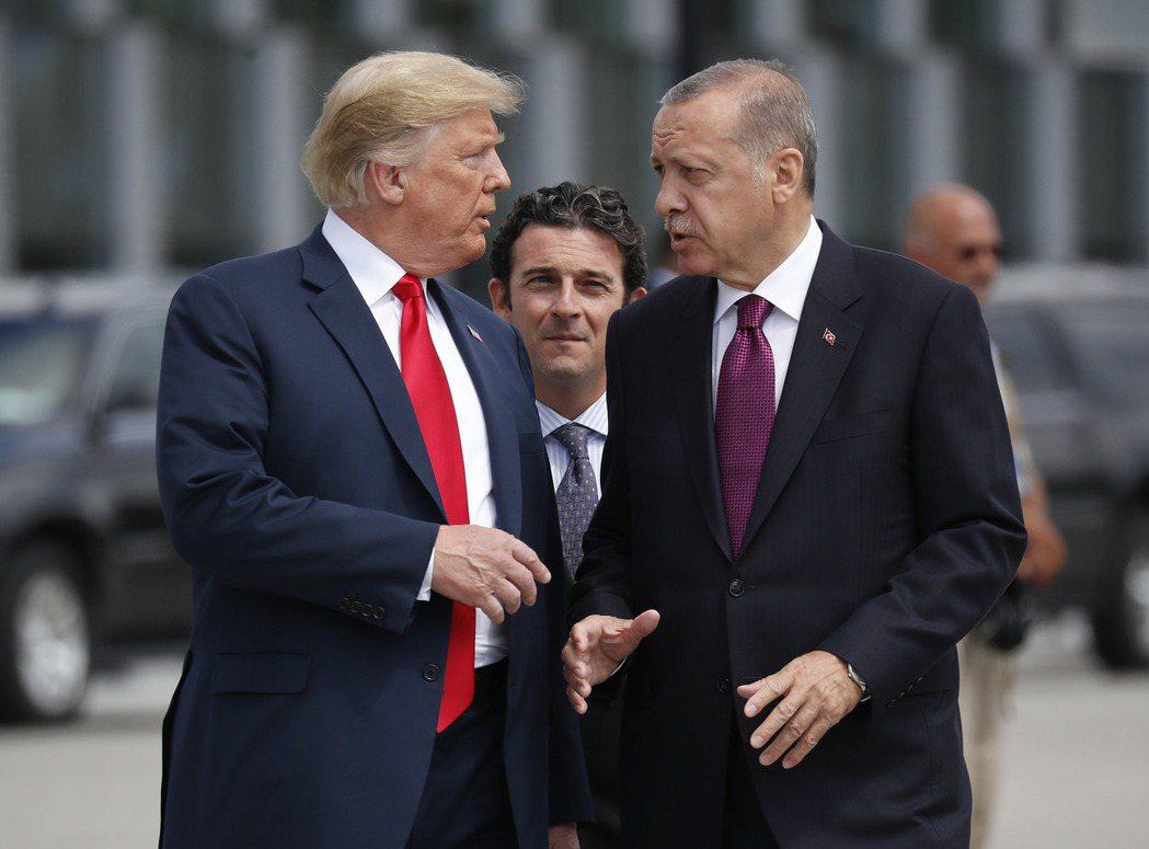美國總統川普(左)7日自敘利亞北部撤軍,默許土耳其總統厄多安(右)對當地展開軍事...