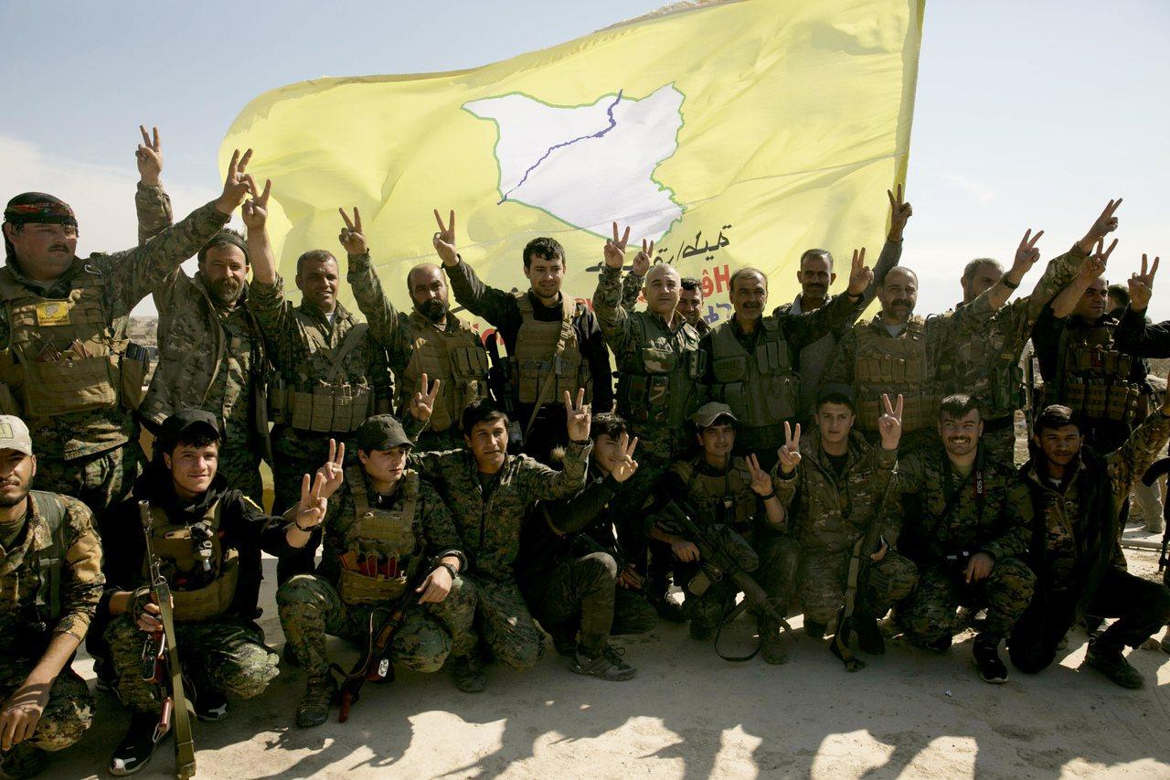 庫德族武裝組織敘利亞民主軍今年3月23日擊潰IS後開心合照慶祝。 (美聯社)
