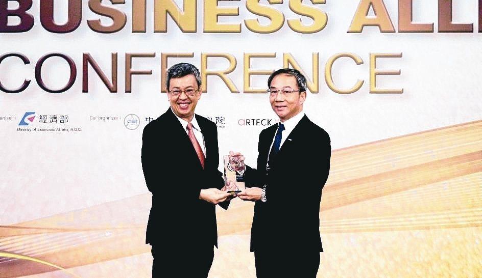 台灣松下電器獲頒「十大傑出貢獻外商獎」,總經理林淵傳(右)代表出席接受頒獎。 台...
