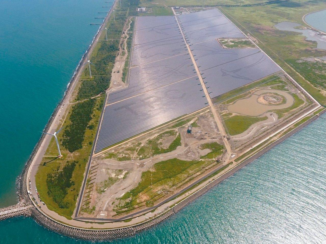 彰濱光電場是全台最大光電場,貫穿光電場的「光電大道」長達3公里。 台電/提供