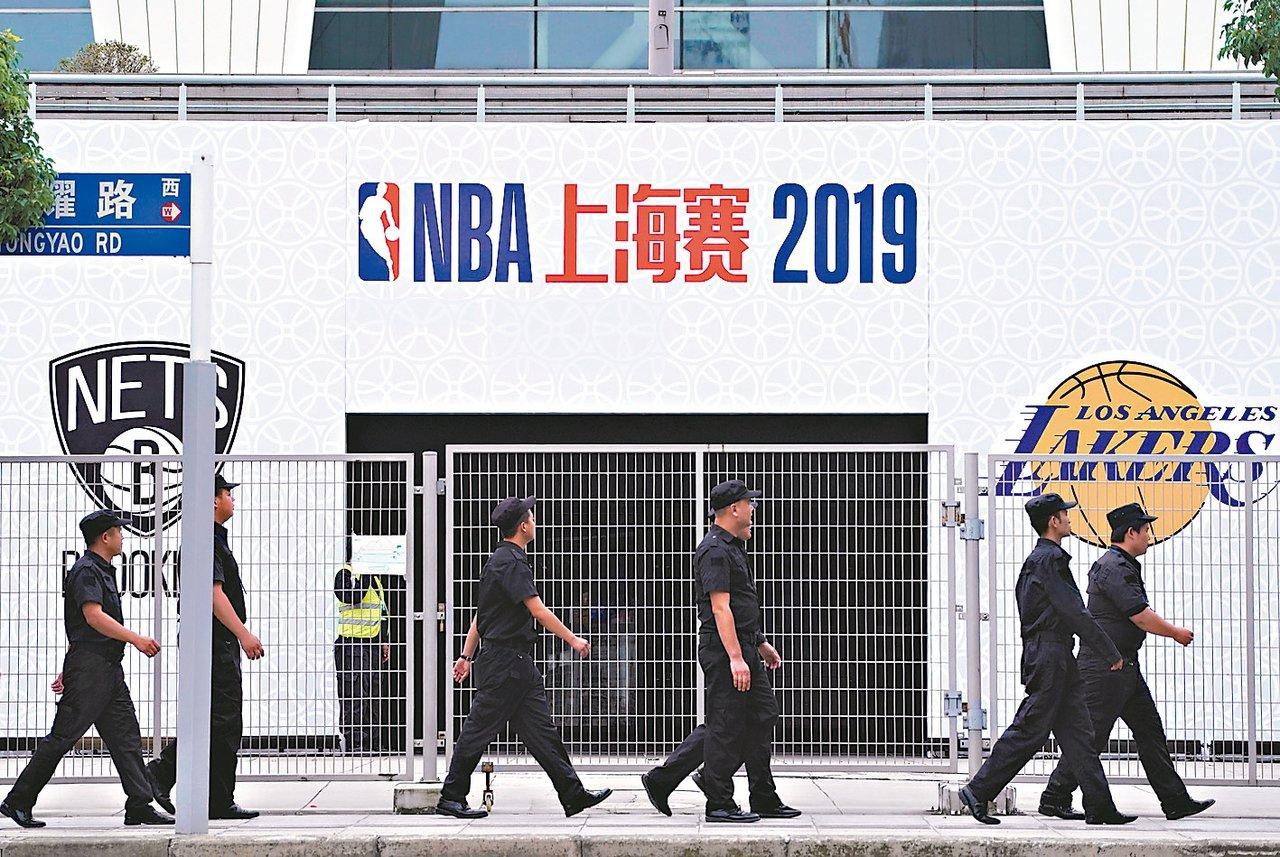 大陸抵制NBA事件擴大,10日在上海舉行的NBA球賽能否開打仍是未知數。圖為大門...