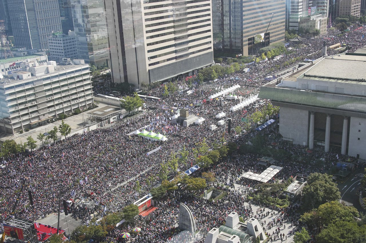 韓國示威者到光化門一帶集會,要求法務部長曹國下台。三年前,數百萬民眾在同一地方集...