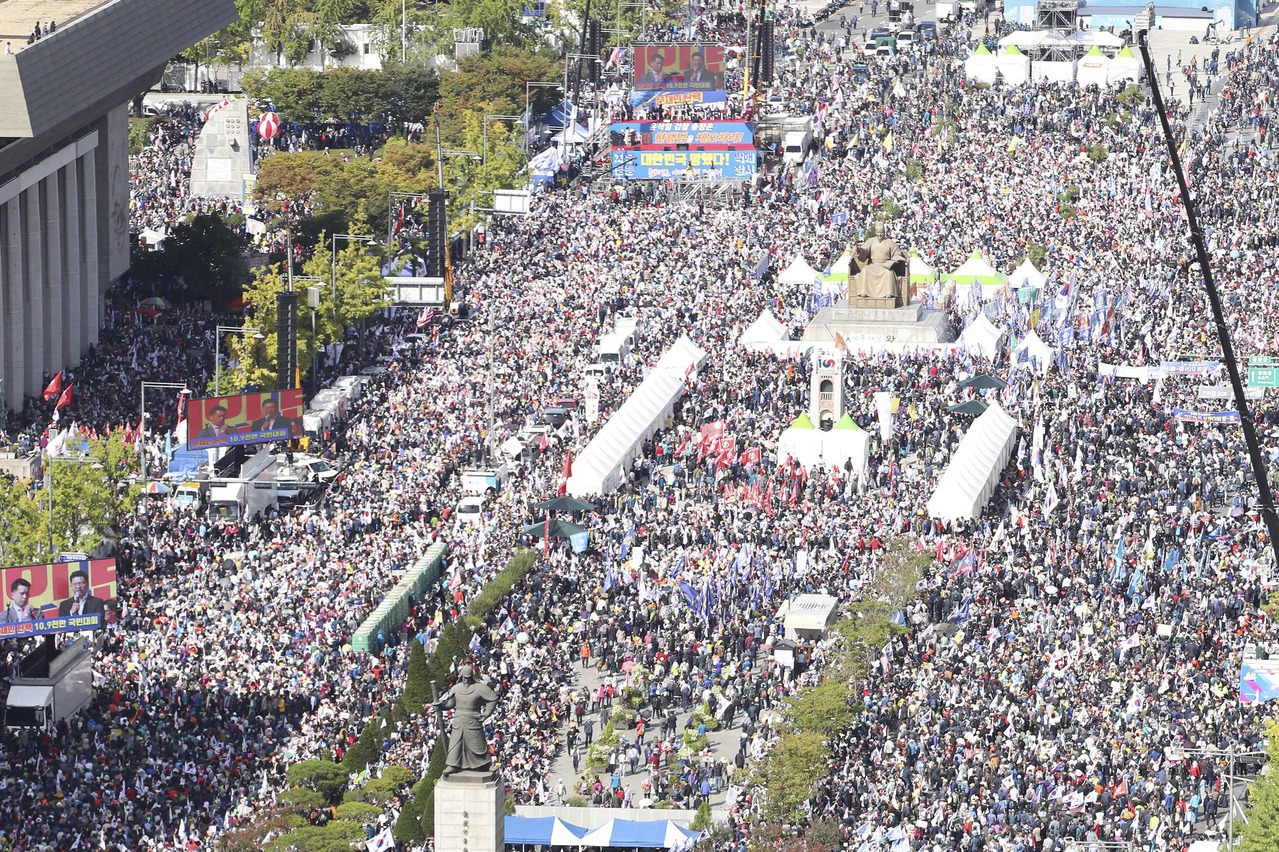 南韓百萬人怒吼 要爭議法務部長下台