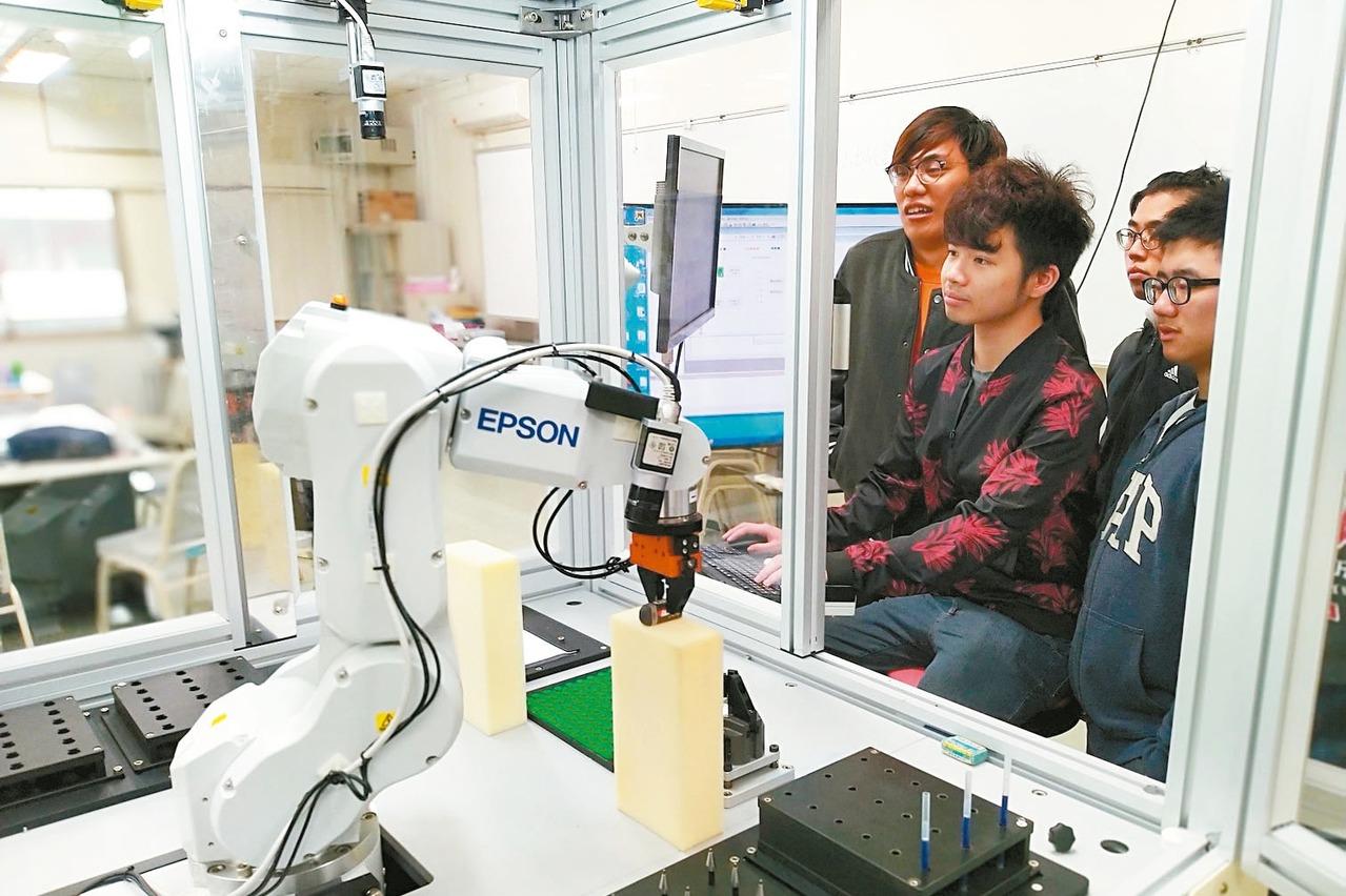 AI人才荒 逾10大學搶開系所招生