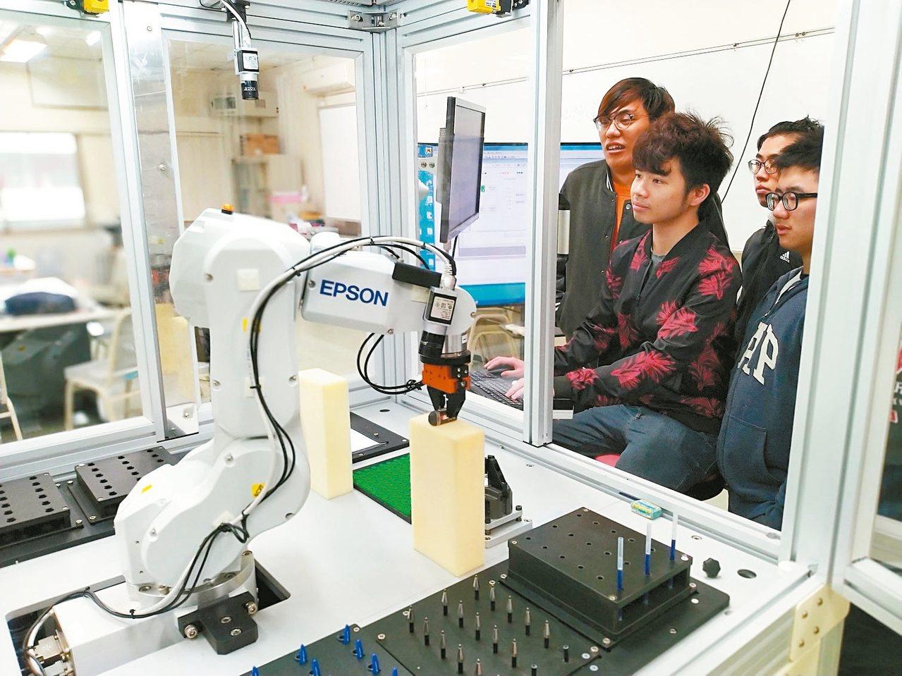 人工智慧時代來臨,產學界對AI人才需求殷切,多所大學增設人工智慧相關系所,圖為學...