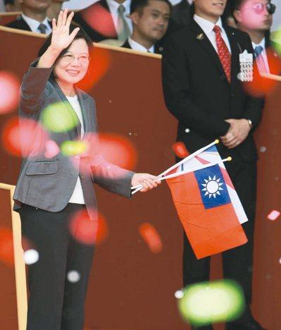 蔡英文總統上午出席總統府國慶大典,拿著國旗揮手。 記者黃義書/攝影