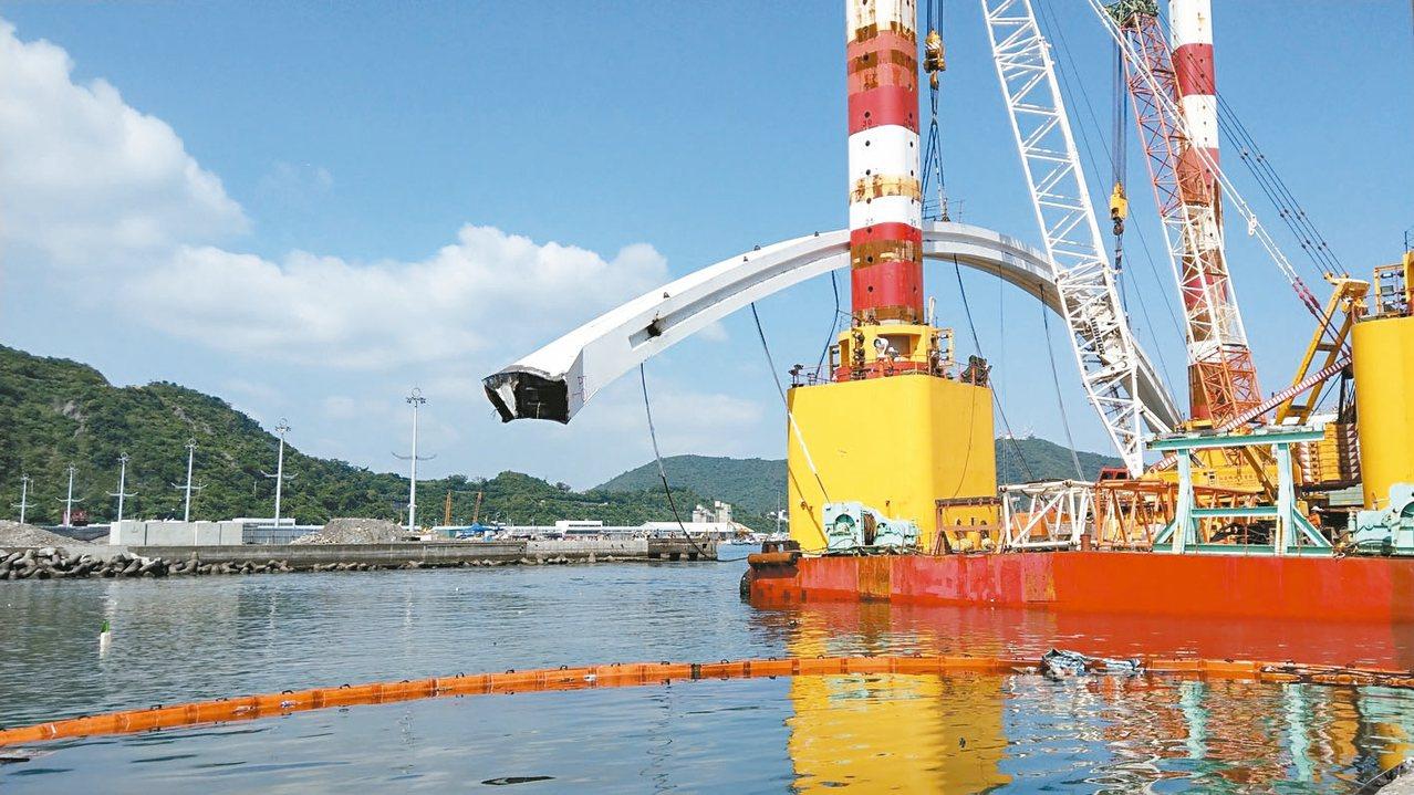 海上作業平台船上午近10時終於把重達300噸的橋拱高高吊起。 記者戴永華/攝影