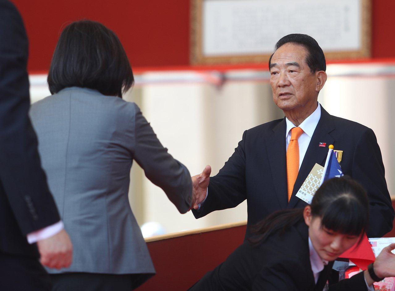 親民黨主席宋楚瑜(右)。中央社