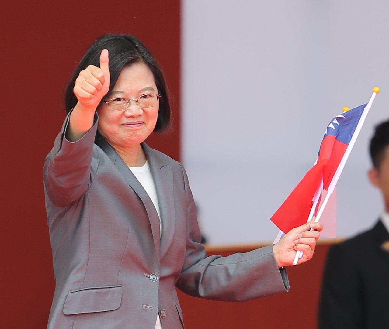 總統蔡英文於國慶大典發表演說,指出「中華民國台灣」6個字,既不是藍色、也不是綠色...
