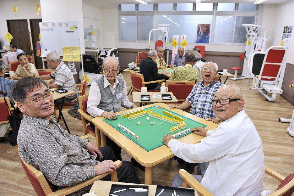 日本老人在托老所打麻將。圖取自helpmanjapan.com