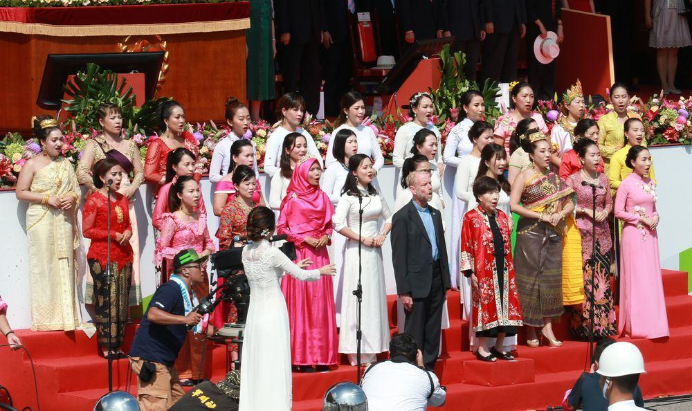 歸化取得我國籍的雷敦龢神父及鋼琴家藤田梓女士,與30位東南亞新住民姐妹共同領唱國...