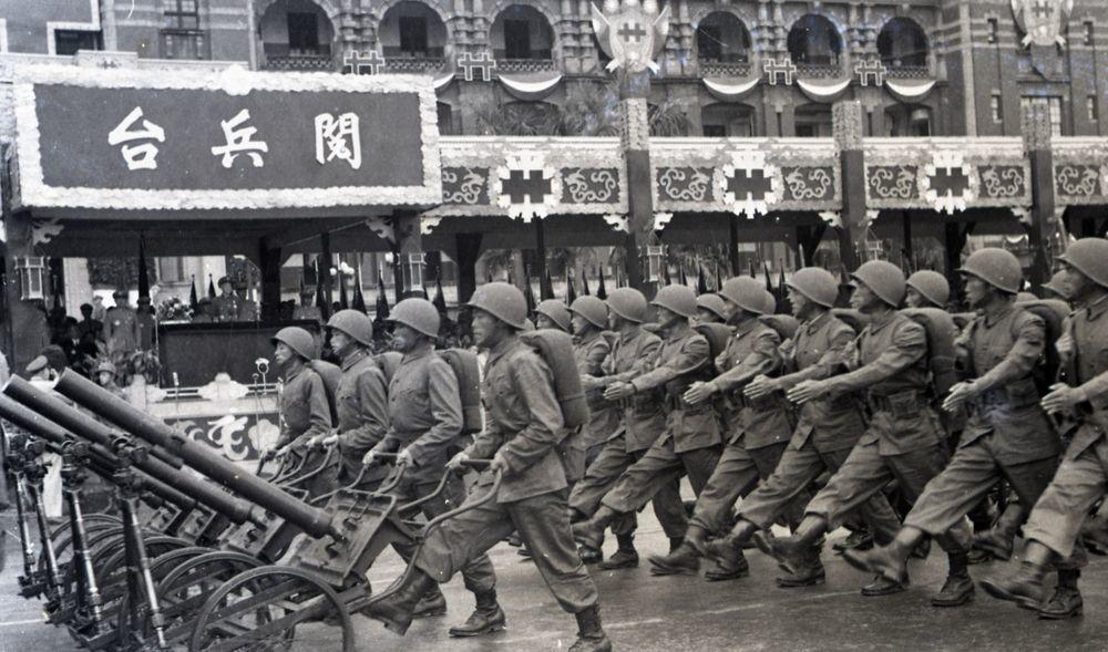 民國43年,陸軍部隊推著迫擊砲通過閱兵台,注意砲手仍須踢正步。圖/聯合報系資料照...