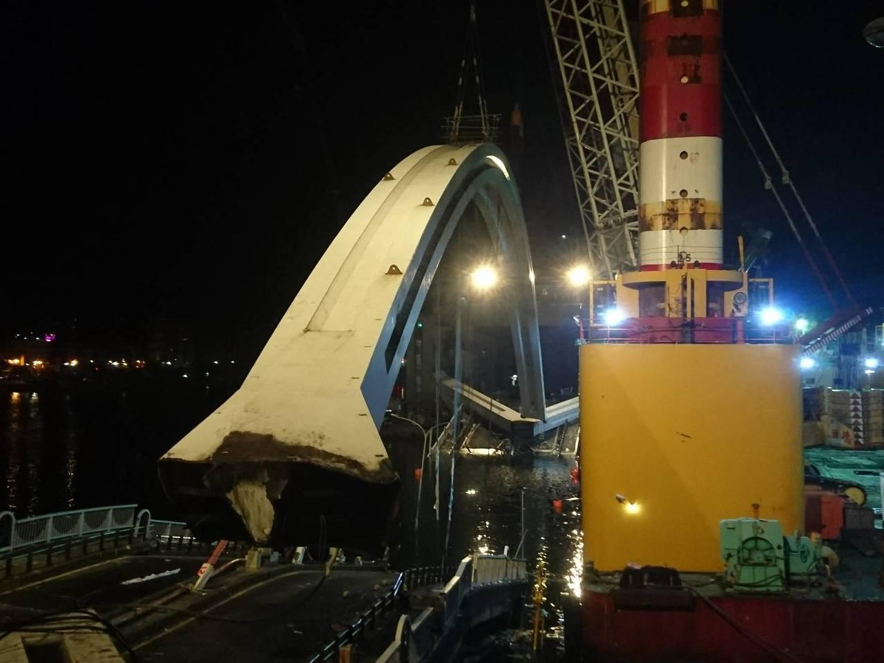 南方澳跨港大橋斷裂,斷橋昨天一早即開拆,花了19多個小時,直到今天凌晨3點零5分...