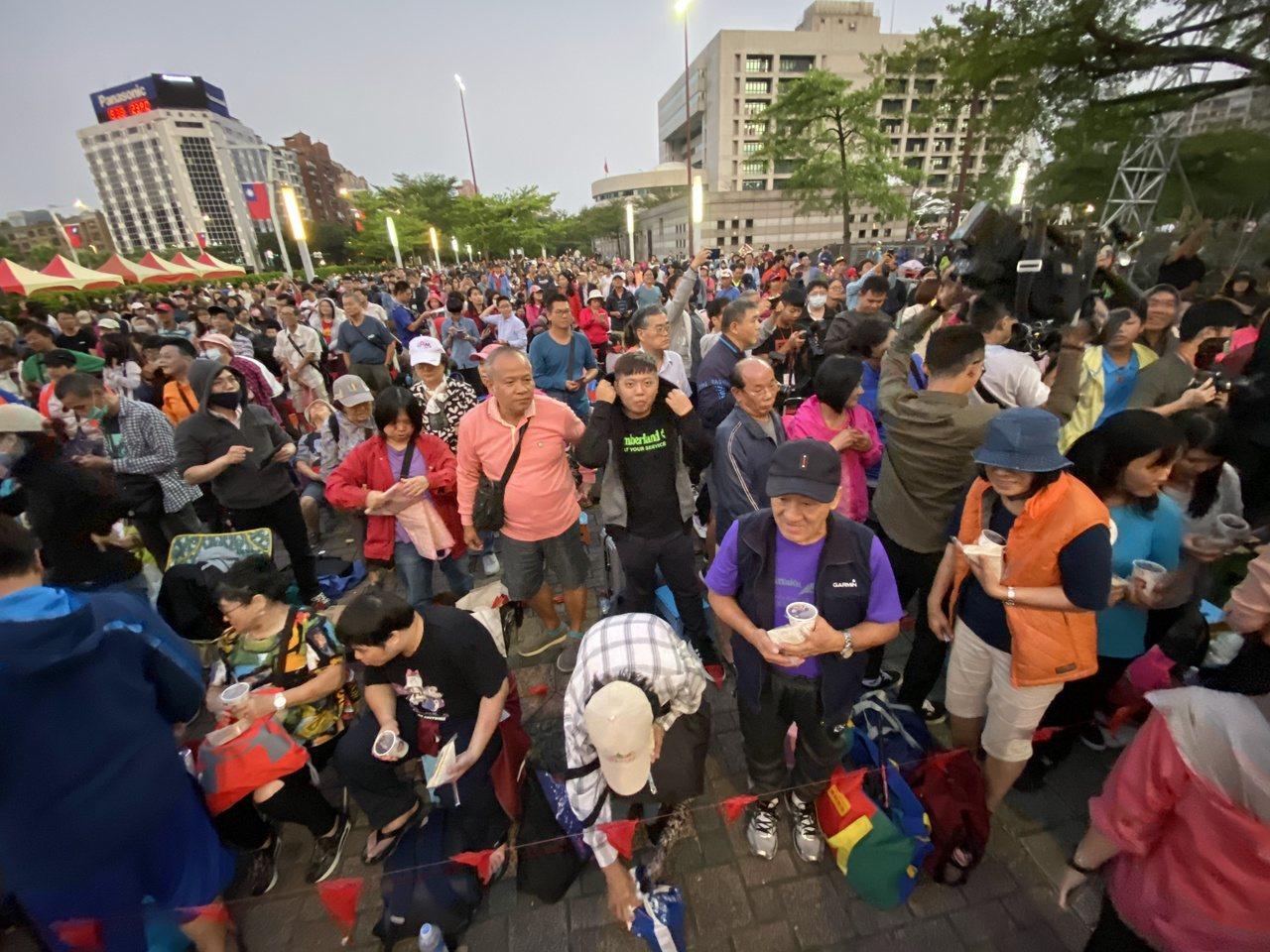 台北市政府上午舉行升旗,很多民眾徹夜排隊。記者曾吉松/攝影