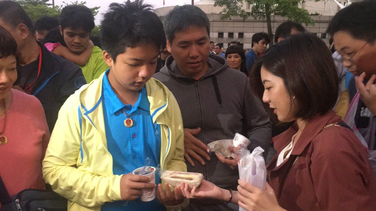 「學姐」黃瀞瑩一早來發送限量早餐。記者魏莨伊/攝影