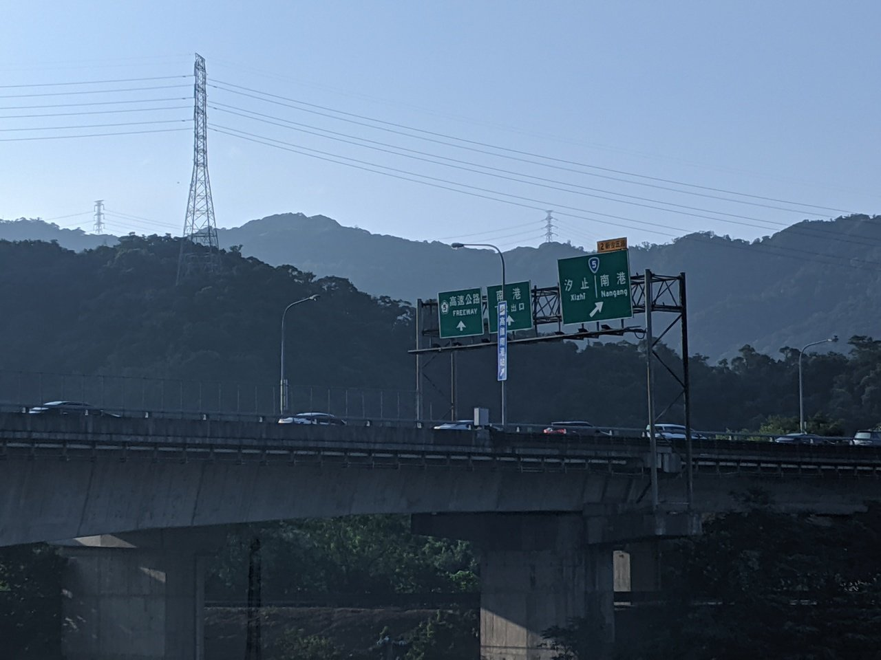 各國道都出現南向壅塞車潮。記者楊德宜/攝影