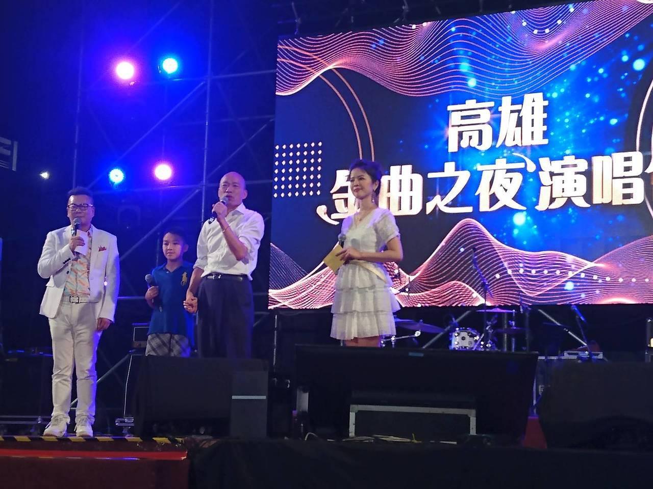 高雄市長韓國瑜(右二)昨晚準時到金曲之夜現場,因先在後台準備,被誤為遲到,圖/高...