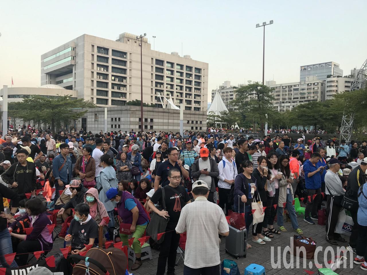 市府前廣場國慶升旗,上午7點半開始,數千人共襄盛舉。記者楊正海/攝影