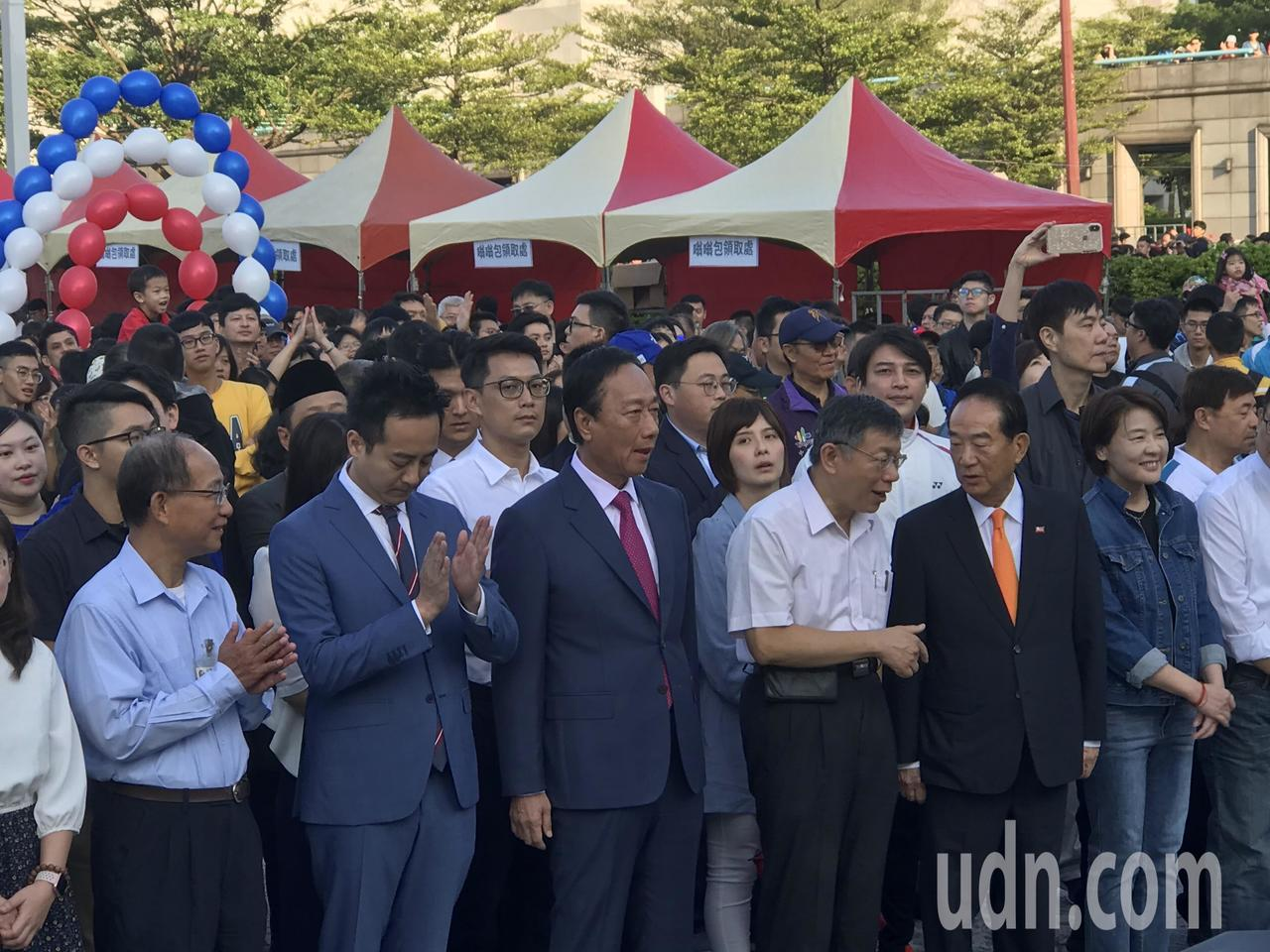 台北市政府將在市府前廣場舉辦升旗典禮,台北市長柯文哲、鴻海創辦人郭台銘及親民黨主...