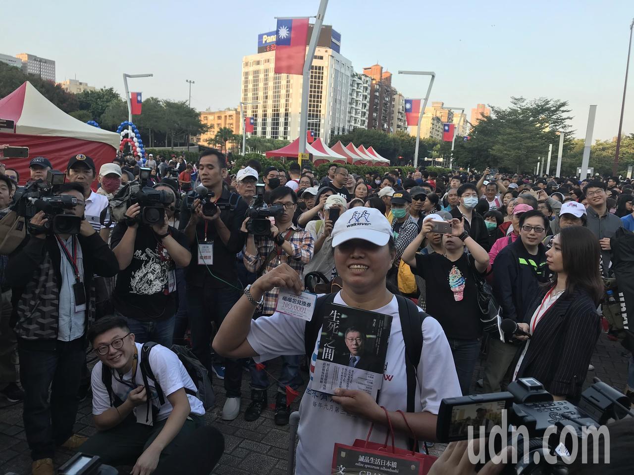 「搶頭香」得到嗡嗡包的杜小姐,前天晚上11點多從台南搭客運來台北。記者楊正海攝影...