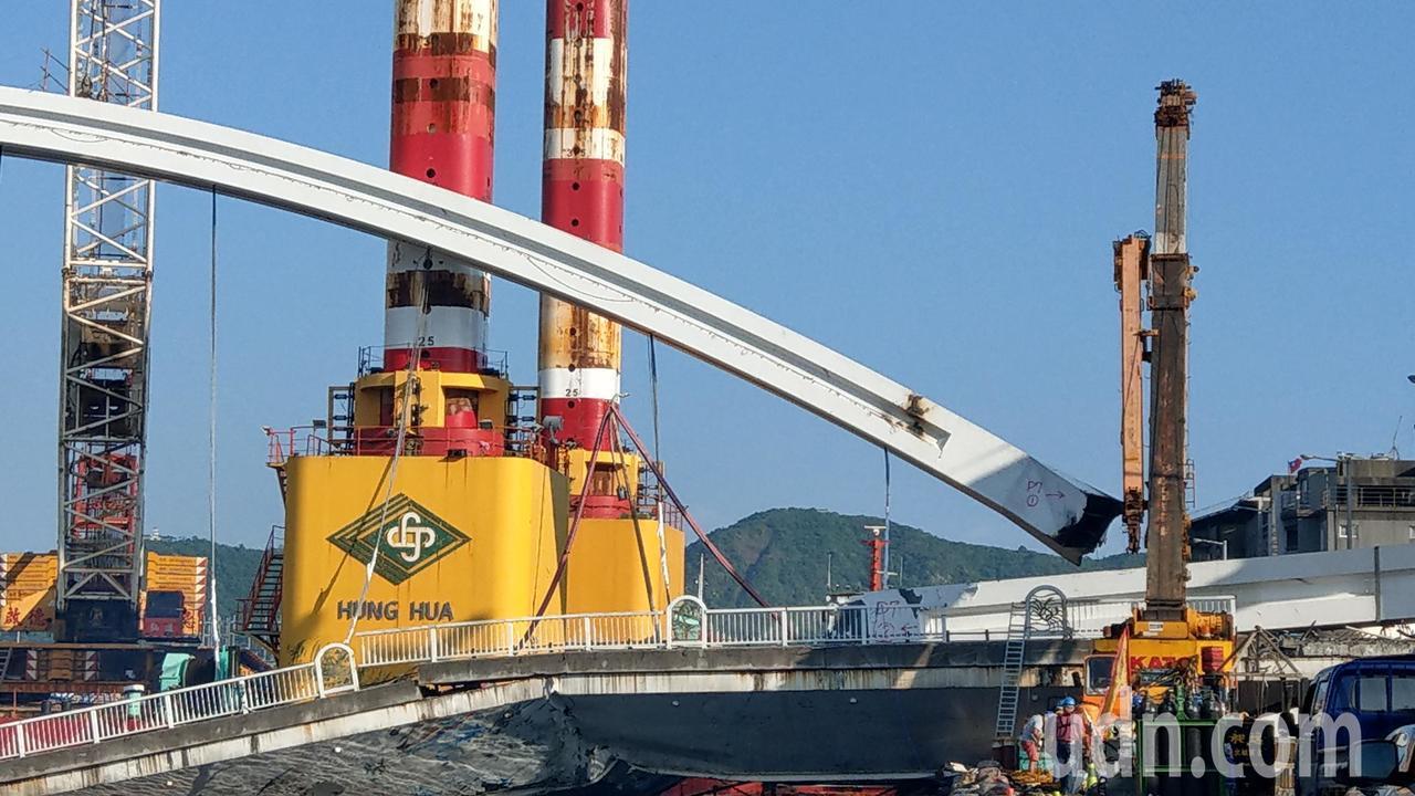 宜蘭南方澳跨港斷橋尚在拆除中,目前吊起一側的鋼拱(右),預計延後2小時開放臨時航...