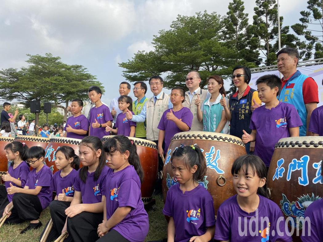 台南市政府今天舉辦升旗典禮,邀請石門國小戰鼓隊表演。記者鄭維真/攝影