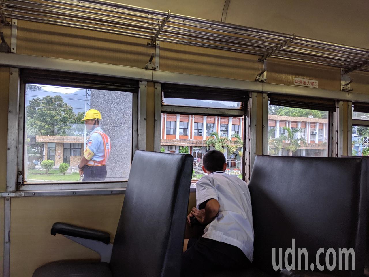 台鐵的普快列車,沿路小站皆停,還可開窗。記者楊德宜/攝影