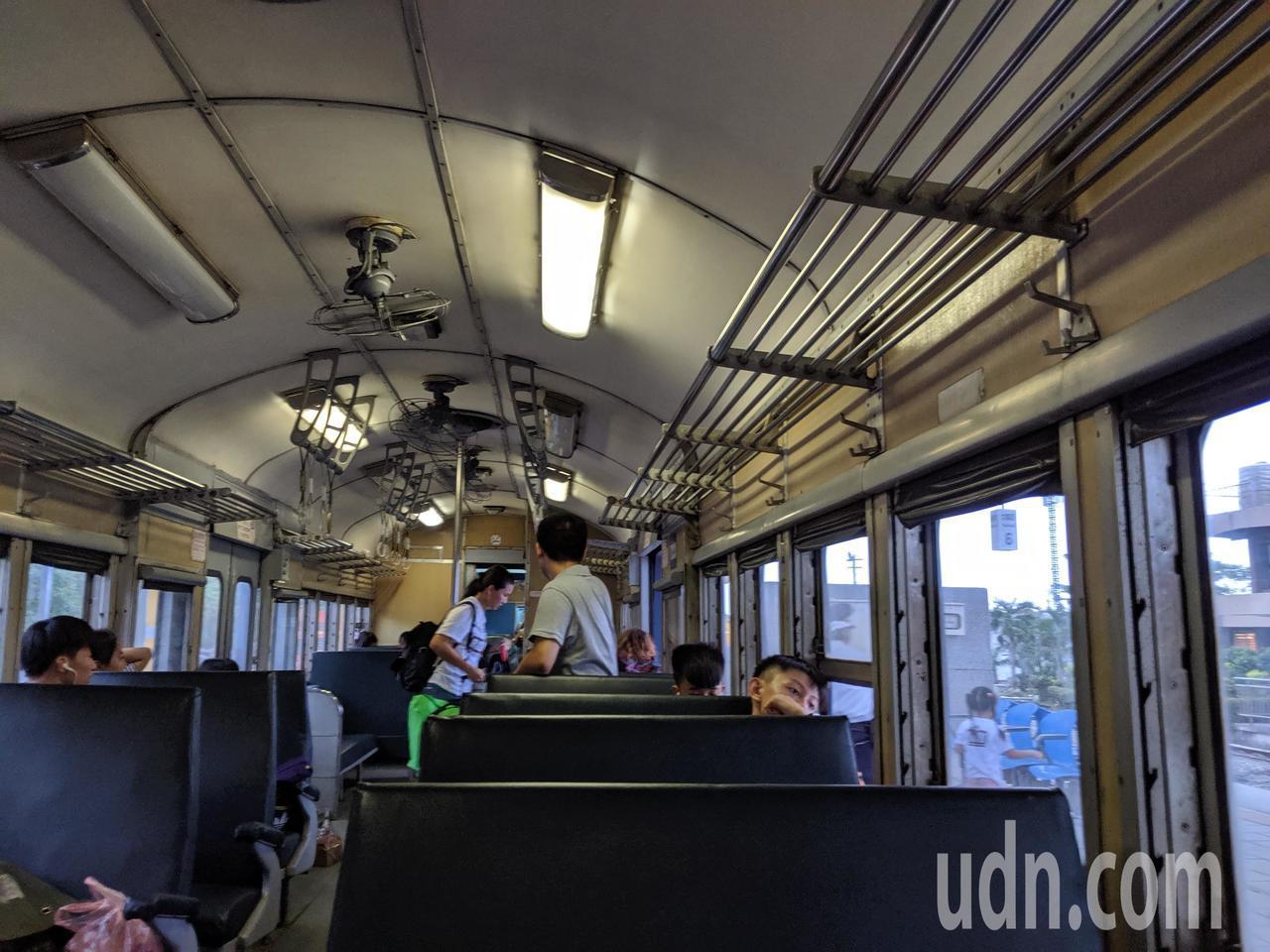 台鐵的普快列車,平日多為當地人和學生搭乘。記者楊德宜/攝影
