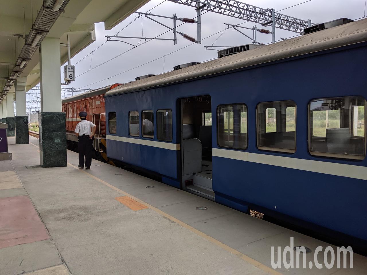 鐵道迷暱稱普快列車為藍皮普快。記者楊德宜/攝影