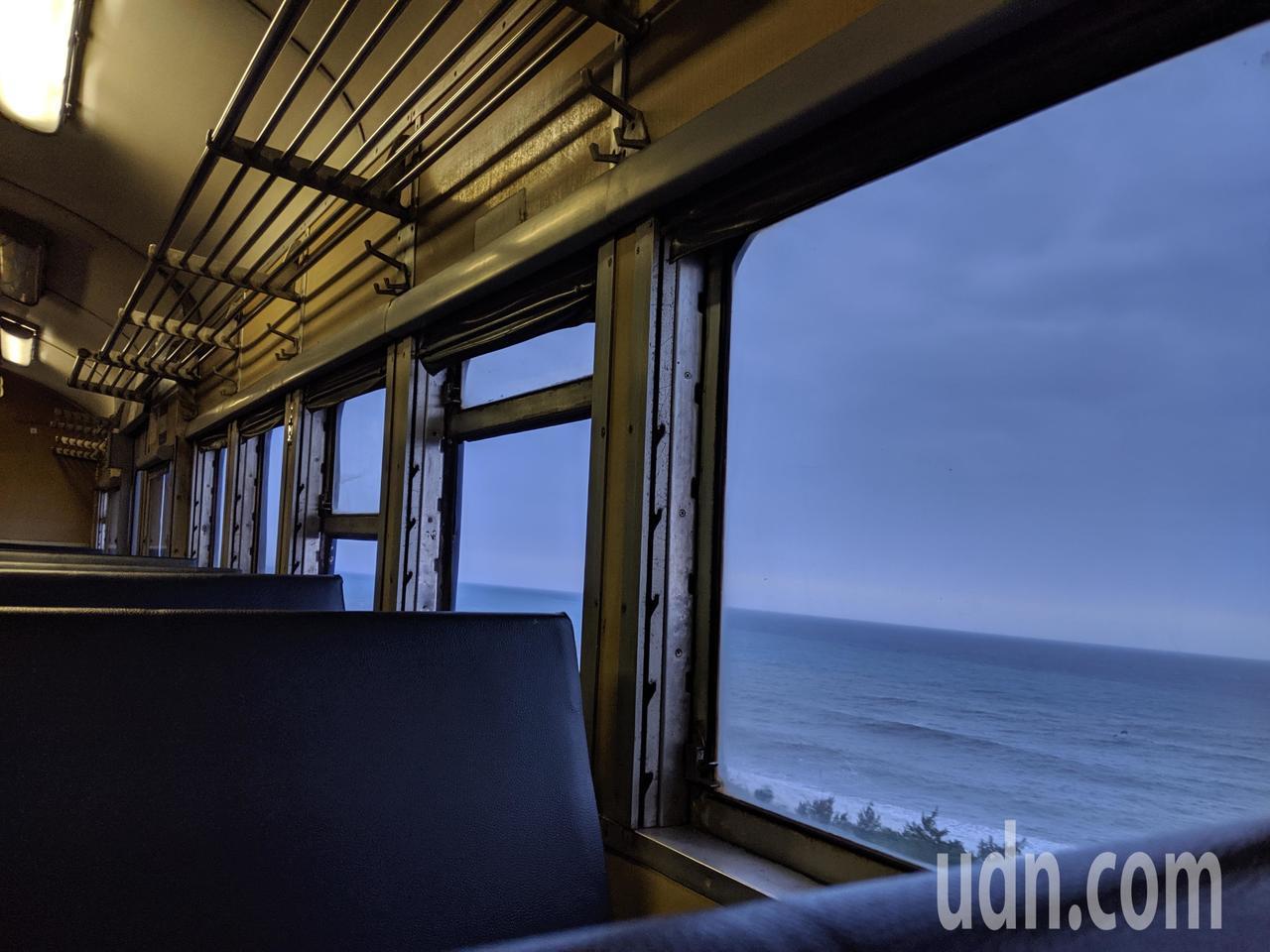 搭乘往枋寮方向的普快,建議坐左側位子,可開窗欣賞海景。記者楊德宜/攝影