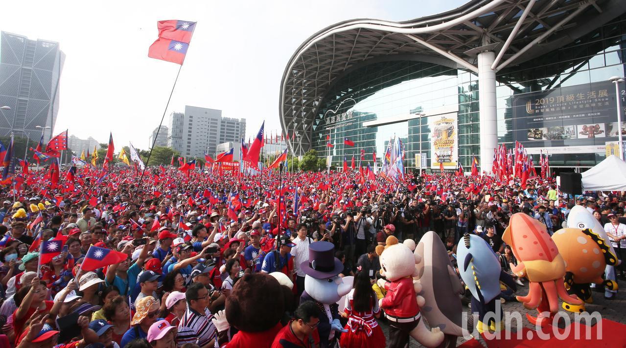 高雄市政府上午在高雄展覽館舉辦雙十國慶升旗典禮,現場湧進萬人,高雄市長韓國瑜到場...