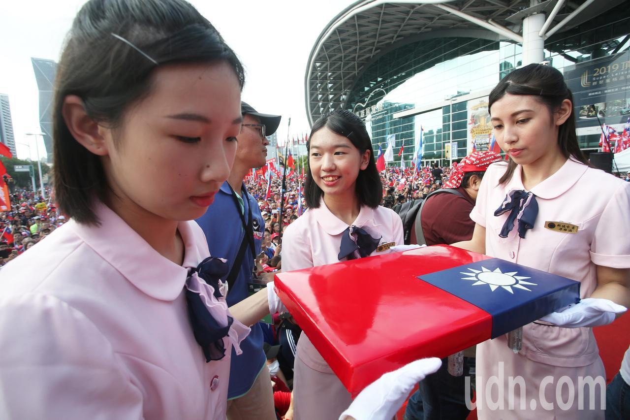 高雄市政府上午在高雄展覽館舉辦雙十國慶升旗典禮,現場湧進萬人。記者劉學聖/攝影