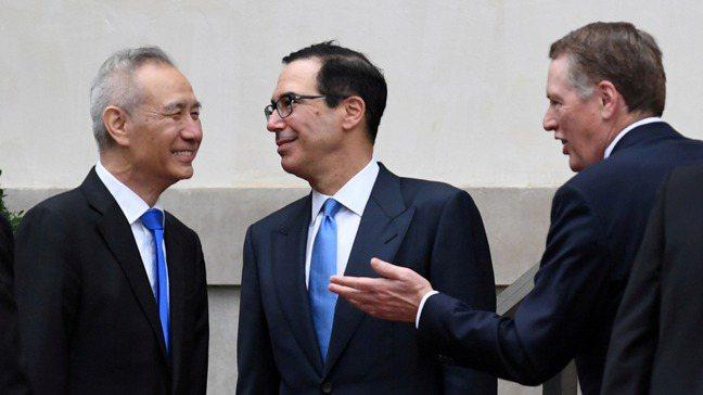 圖為劉鶴5月會見美國財長米努勤(中)和美國貿易代表賴海哲的檔案照。路透