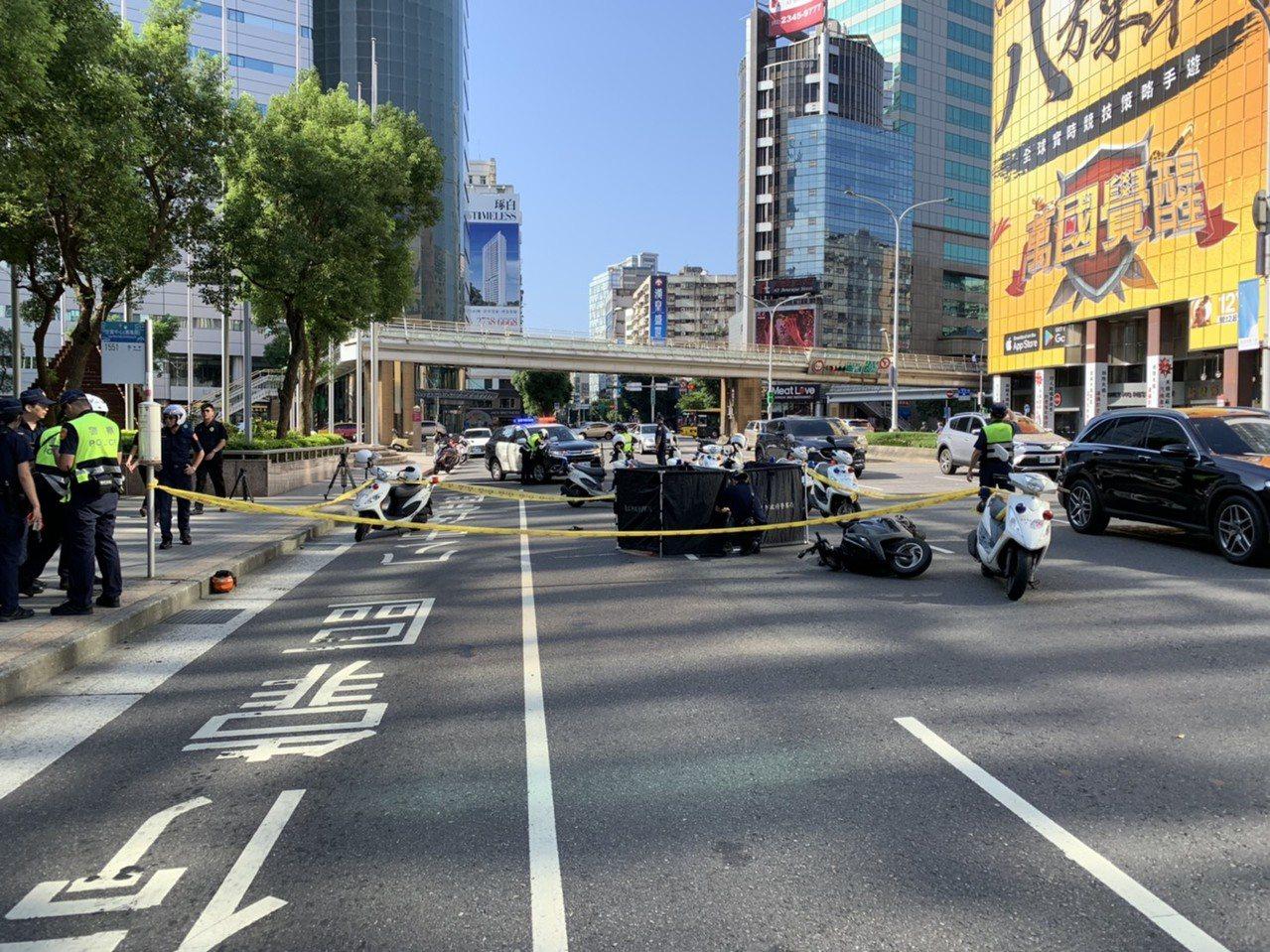 章姓女子騎機車經台北市基隆路、信義路口摔車倒地,被1輛公車輾斃。記者李奕昕/翻攝