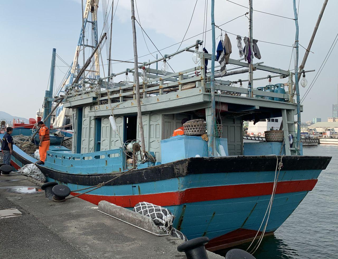 越南籍漁船「BD.97277.TS」漁船侵入我國經濟海域作業,昨天繳款離開高雄港...