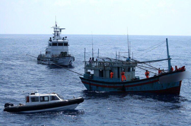越南籍漁船「BD.97277.TS」漁船侵入我國經濟海域作業,10月1日被海巡艦...