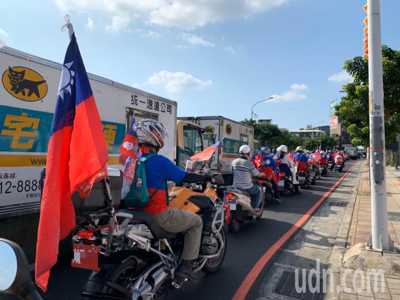 整群車隊大約上午9點10分出發,插滿國旗的汽機車浩浩蕩蕩遊街,吸引路邊民眾的目光...