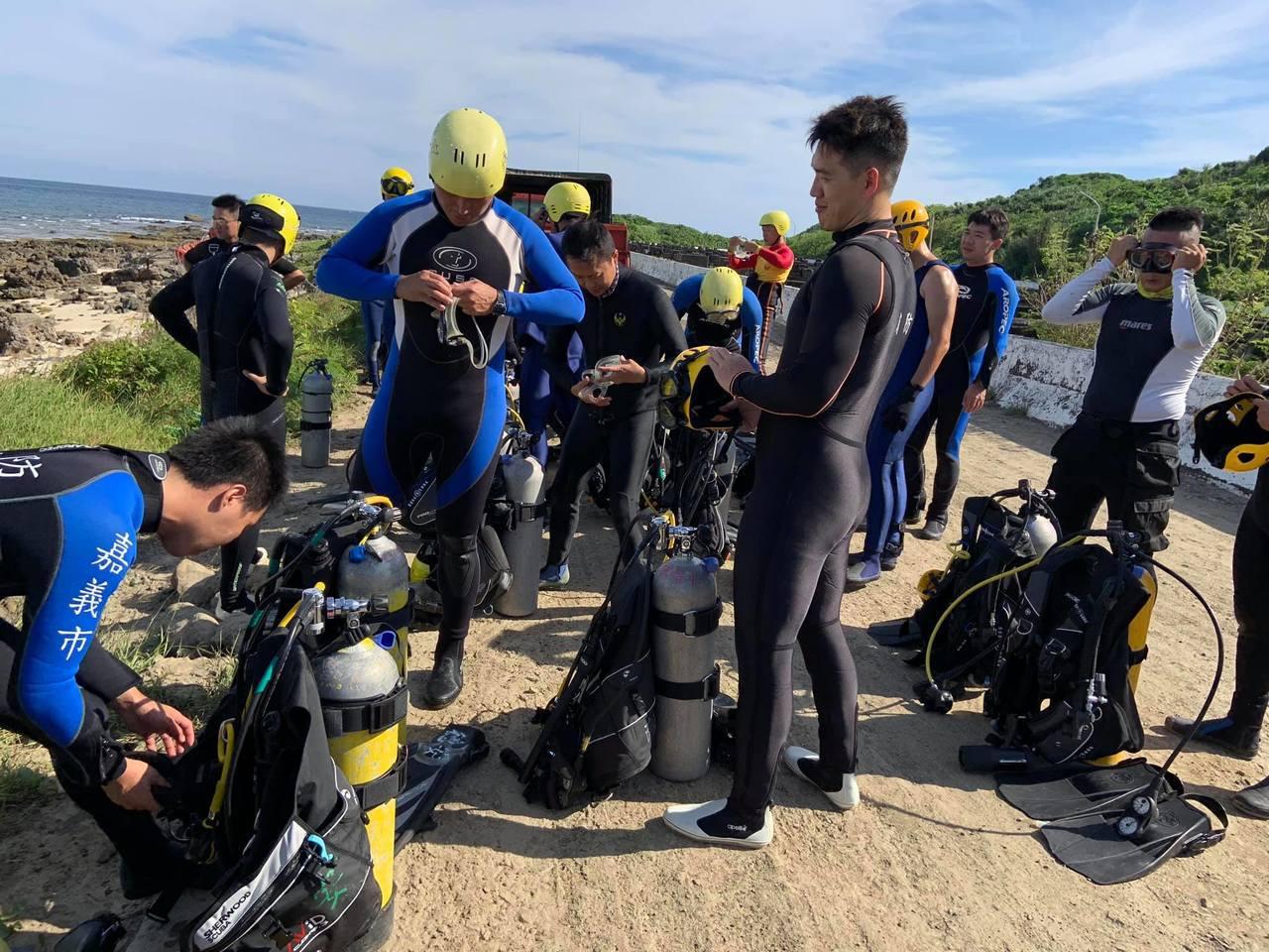 嘉義市消防局的消防員,也配發防寒衣,讓水下救援更順利。圖/嘉義市消防局提供