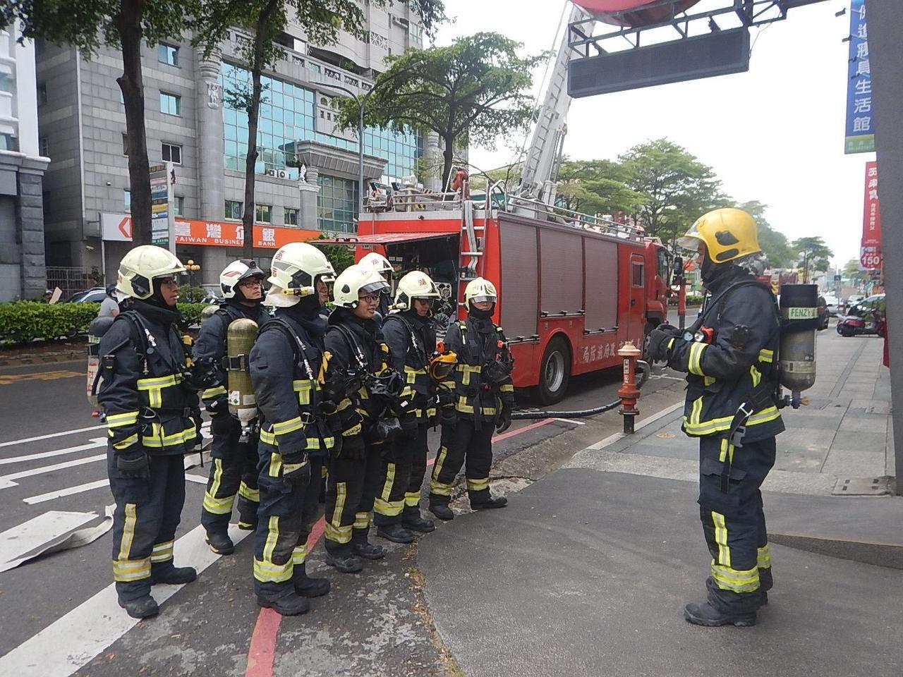 嘉義市消防局的消防員,每人配發兩套消防衣。圖/嘉義市消防局提供
