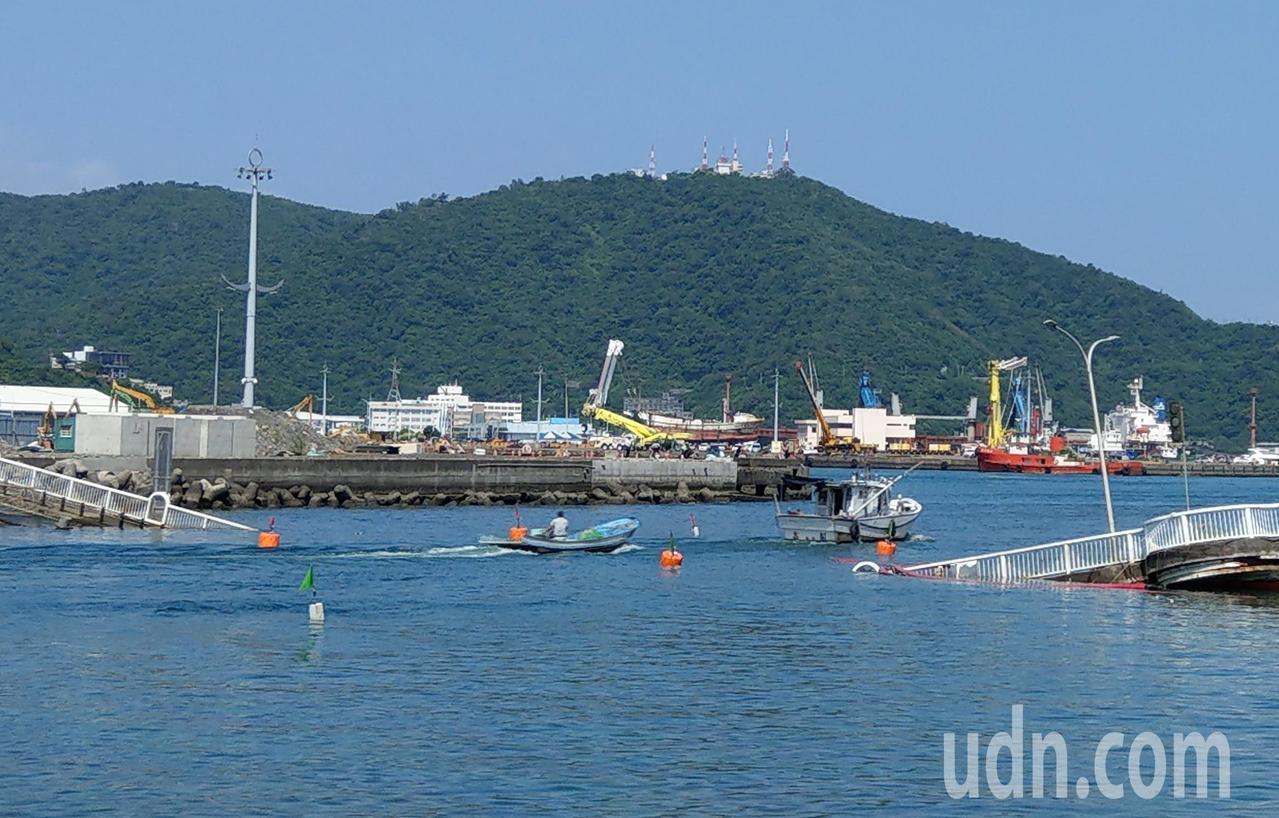 跨港大橋臨時航道恢復通行,漁民等兩個多小時終於快樂出航。 記者戴永華/攝影