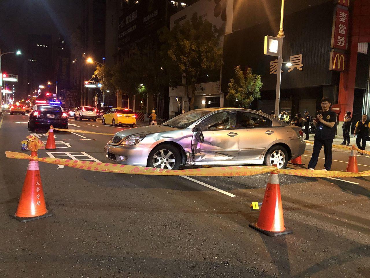 高雄市深夜赫見1輛銀色自小客車橫放博愛二路中央,車窗、車體遭狠砸裂,警方循線抓到...