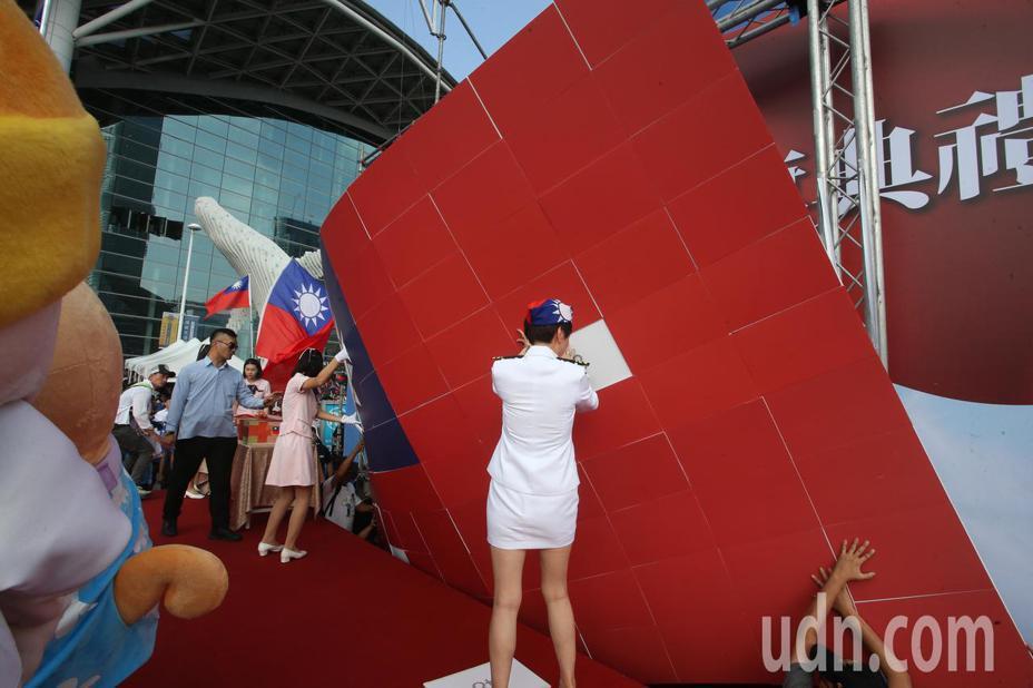 高雄市長韓國瑜今天在高市的國慶升旗典禮致詞時,舞台後方的大幅國旗拼圖被一陣風吹得掉下來。記者劉學聖/攝影