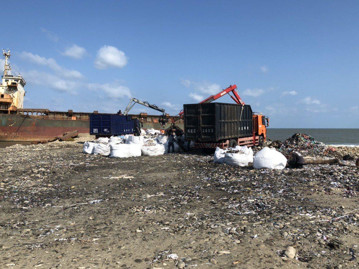 宏都拉斯籍「振豐號」貨輪沿海擱淺,卸貨布料起火垃圾廢棄物民眾上去拍照危險,民代及...